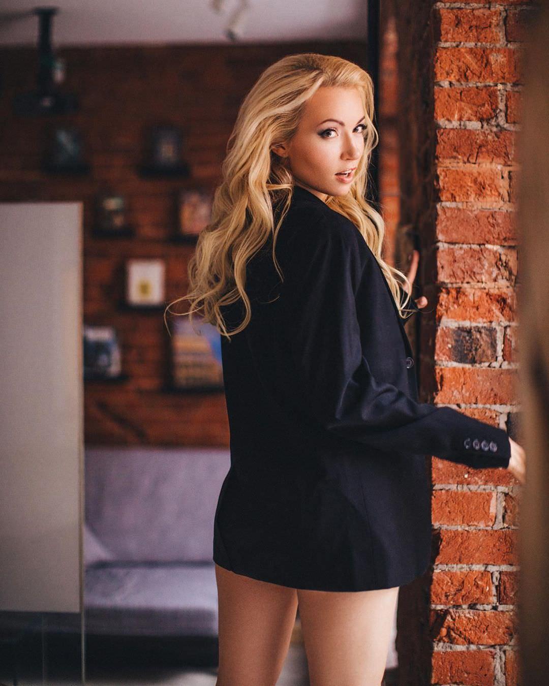Анастасия Гулимова фото возле кирпичной стены