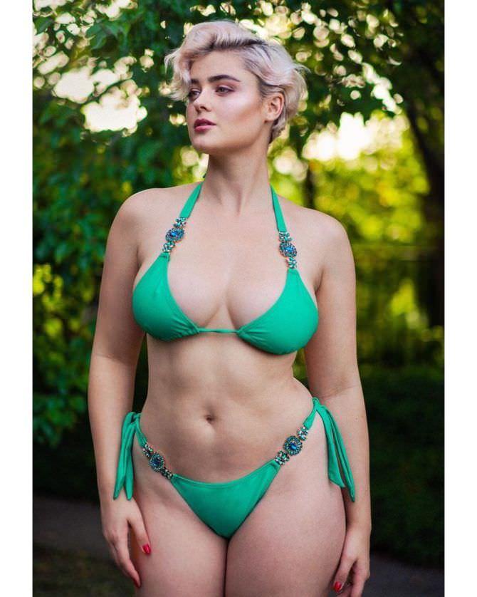 Стефания Феррарио фото в зелёном бикини