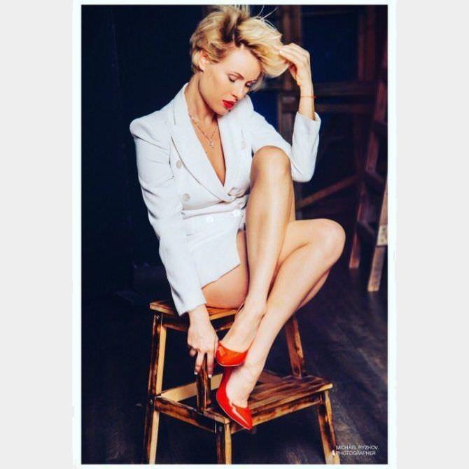 Виктория Маслова фотосессия в белом пиджаке