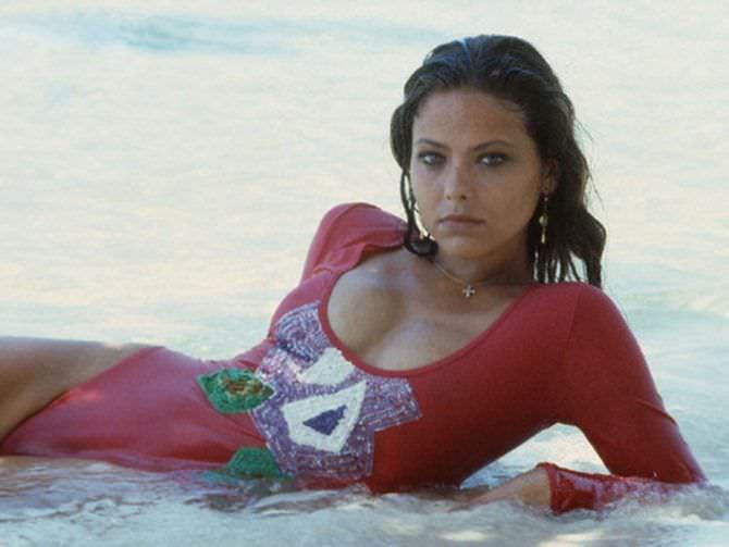 Орнелла Мути фото в купальнике в воде