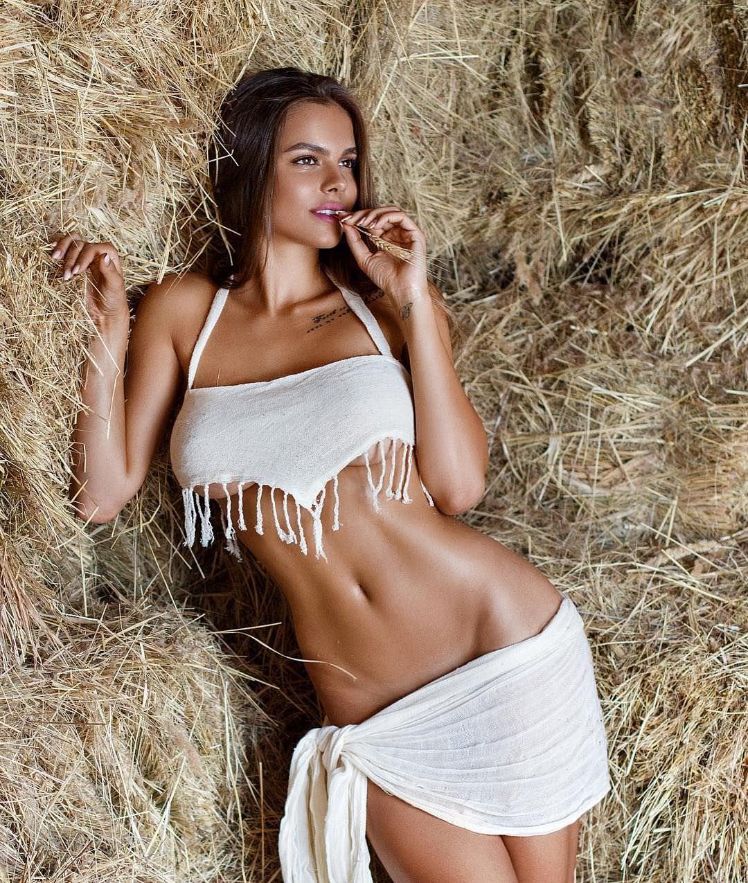 Виктория Одинцова фото в сене