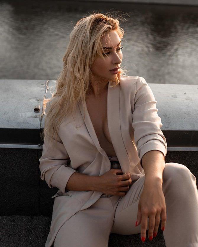Мария Соколова фото в бежевом пиджаке