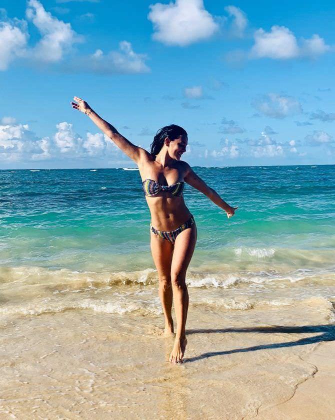 Натали Мартинес фото на пляже в инстаграм