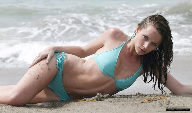 Шантель Вансантен фотография в купальнике на пляже