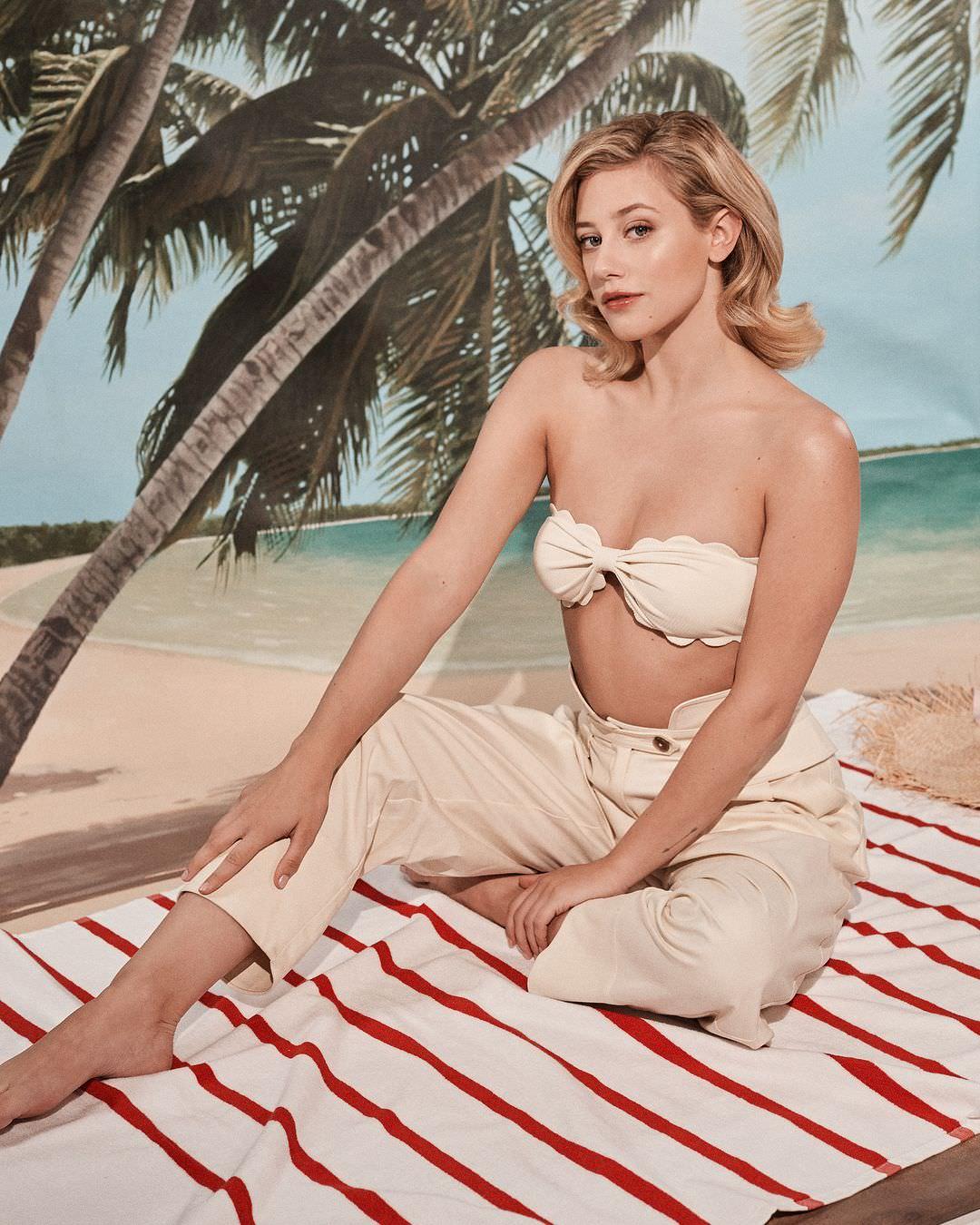 Лили Рейнхарт фото на пляже