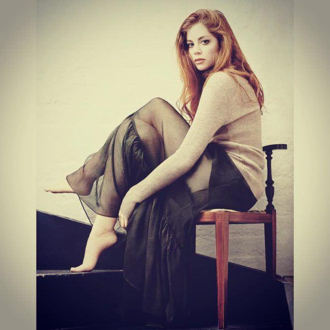 Шарлотта Хоуп фотосессия в прозрачной юбке