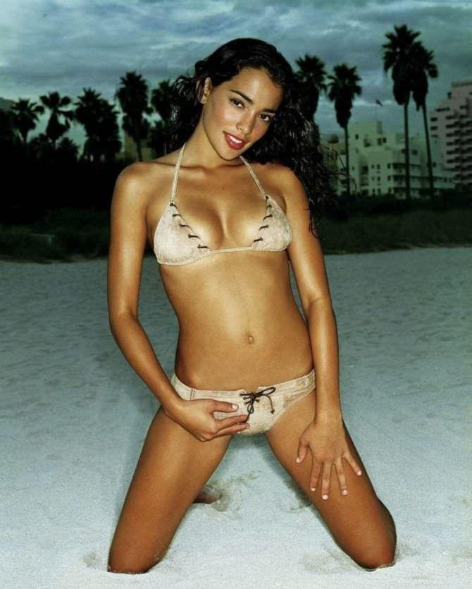 Натали Мартинес фотография в бежевом бикини