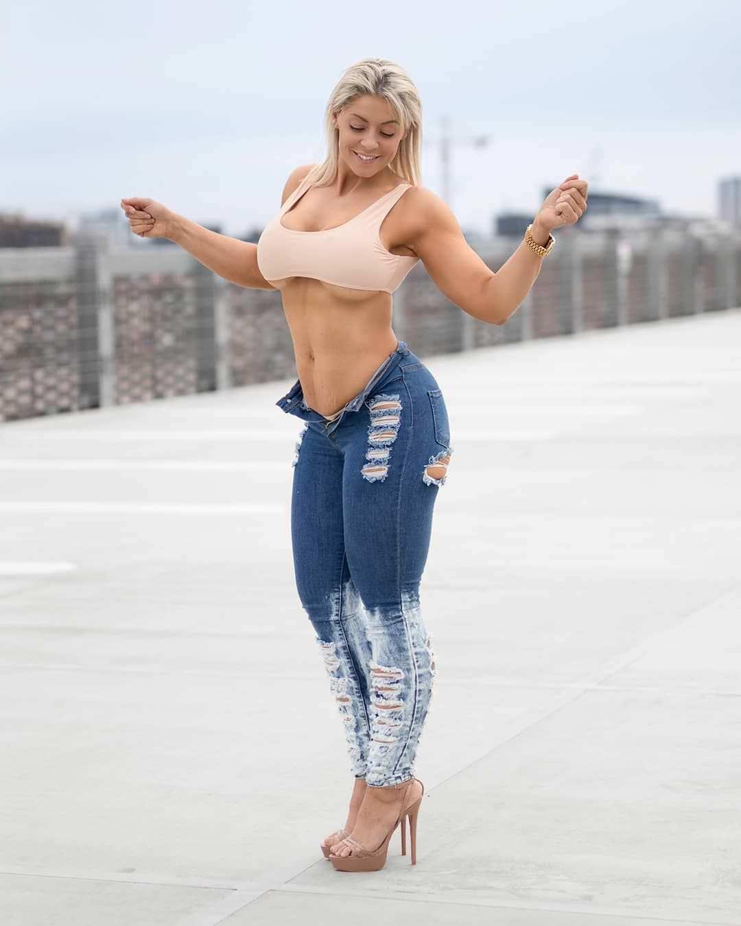 Миа Сэнд фото в расстегнутых джинсах