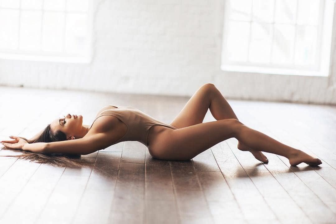 Кира Майер фото на полу
