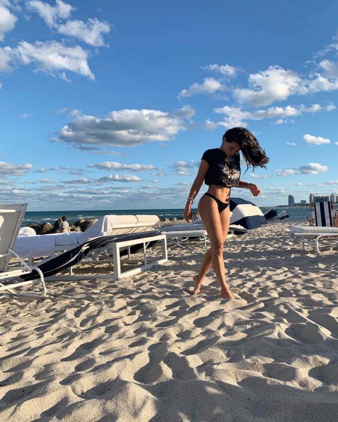 Натали Мартинес фото в футболке на пляже