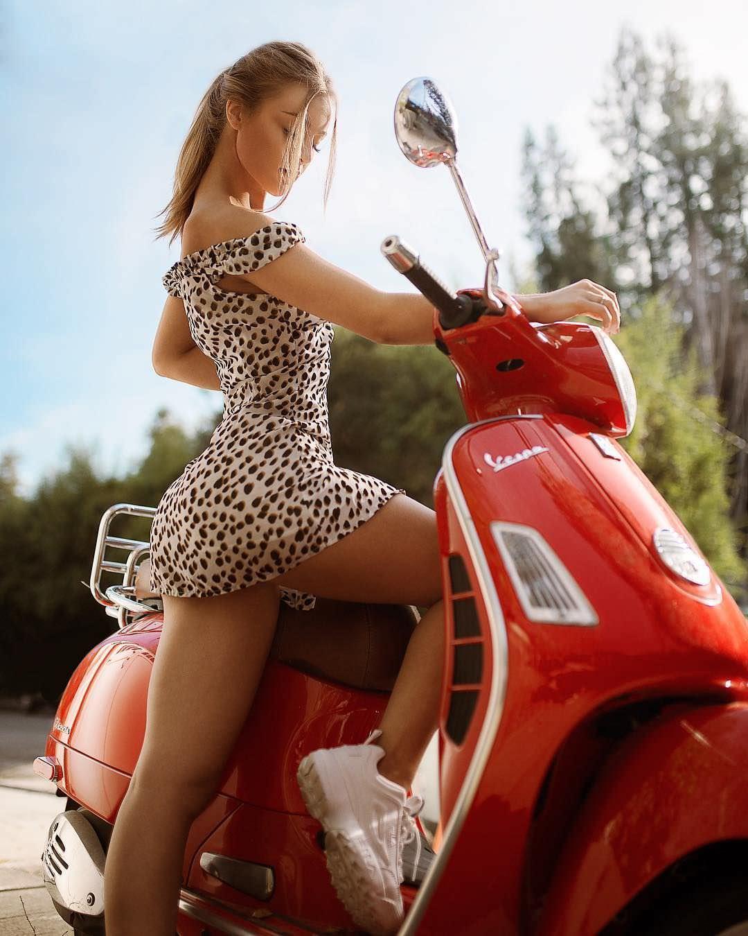 Дейзи Кич фото в коротком платье