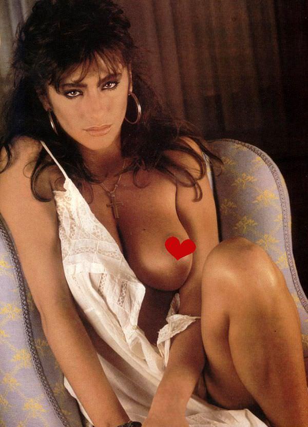Сабрина Салерно фото на кресле