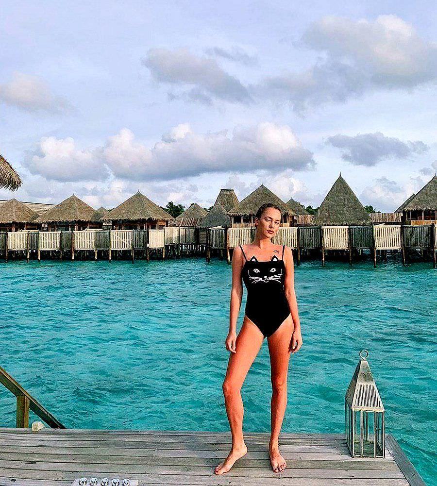 Анастасия Акатова фото в слитном купальнике