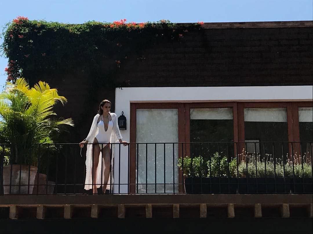Янет Гарсия фото на балконе