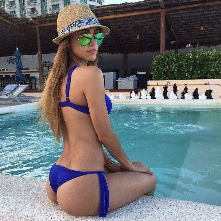 Янет Гарсия фото возле бассейна