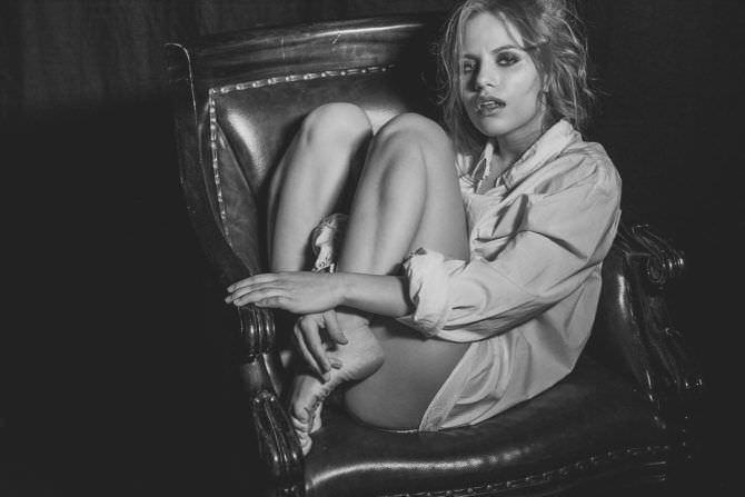 Виктория Клинкова фото в рубашке в кресле