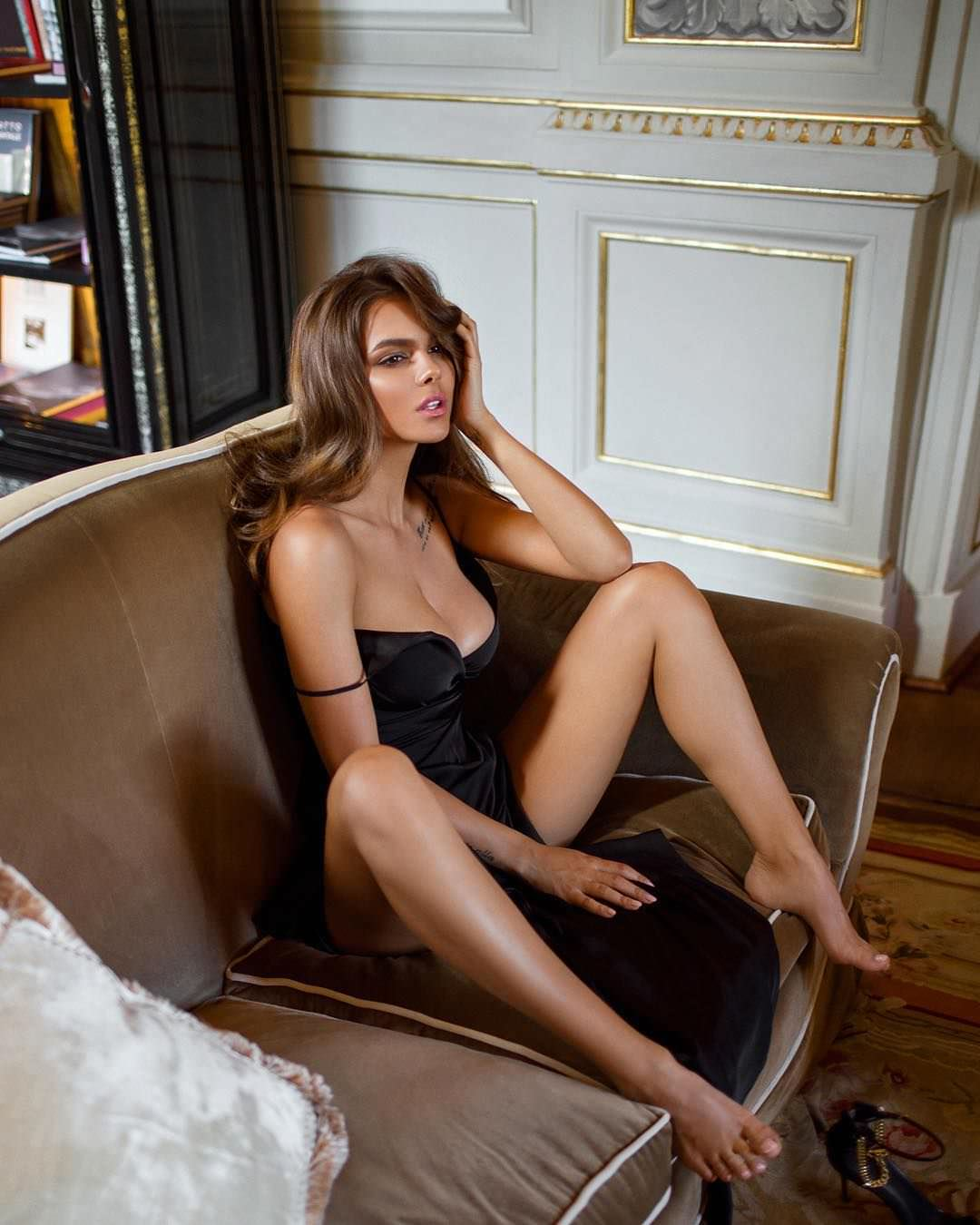 Виктория Одинцова фото на диване