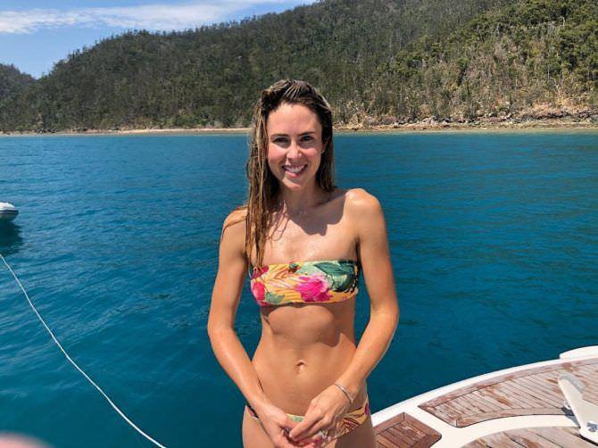 Анна Хатчисон фото в ярком купальнике