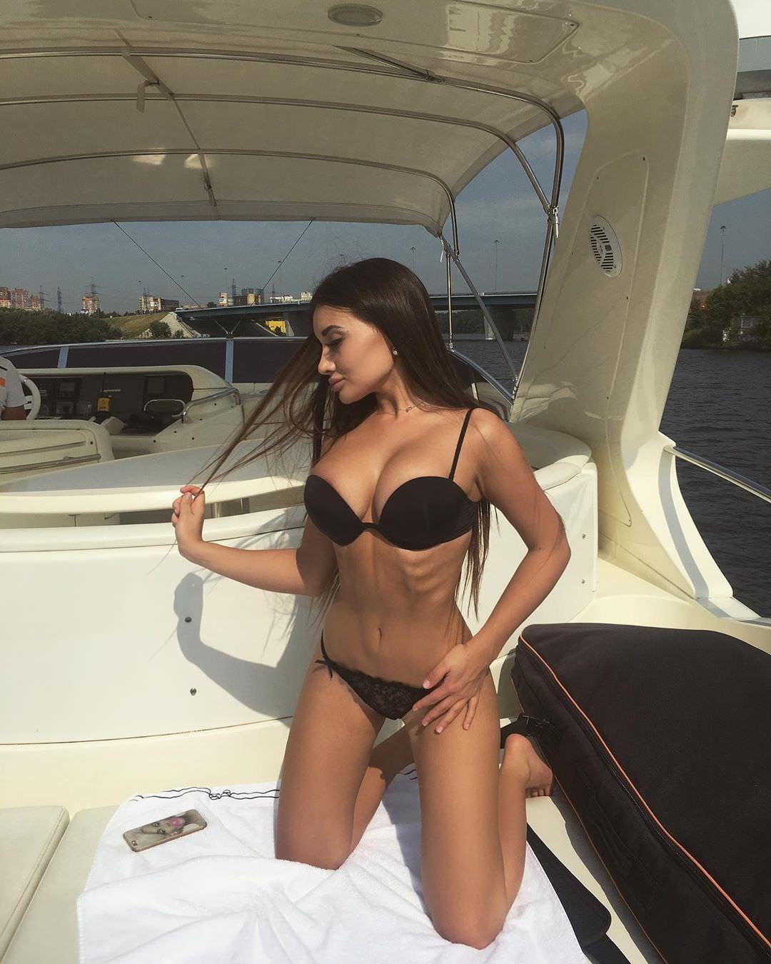 Кира Майер фото на яхте