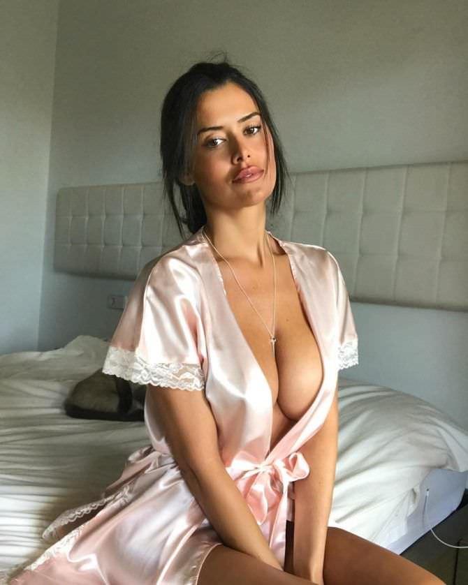 Ева Падлок фото в шелковом халате
