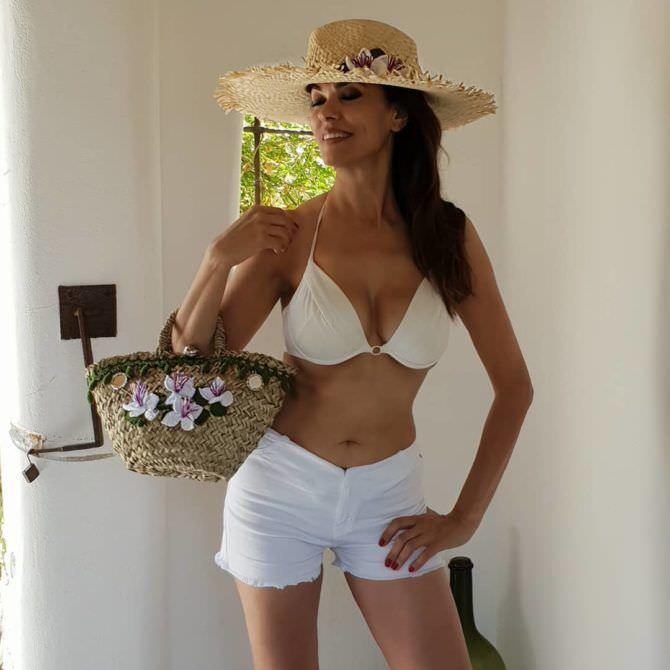 Мария Грация Кучинотта фото в шортах и шляпе