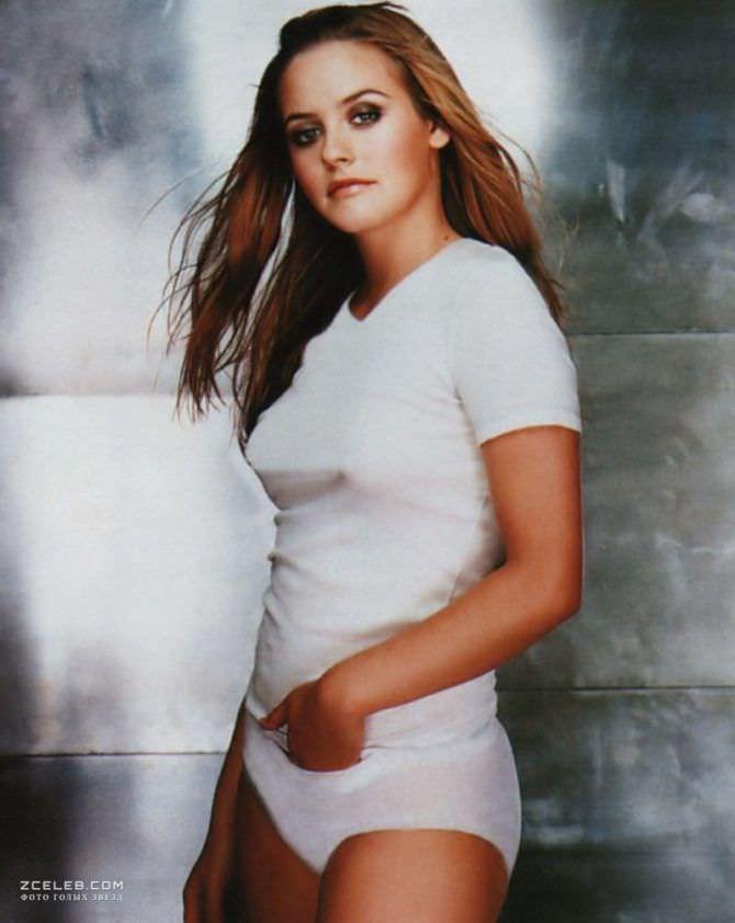Алисия Сильверстоун фотография в футболке и шортах