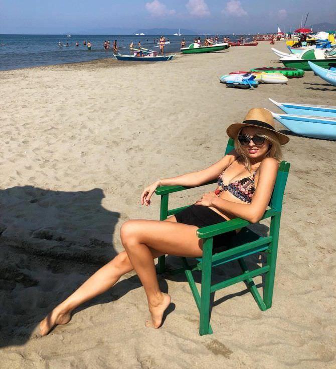Янина Студилина фото на стуле