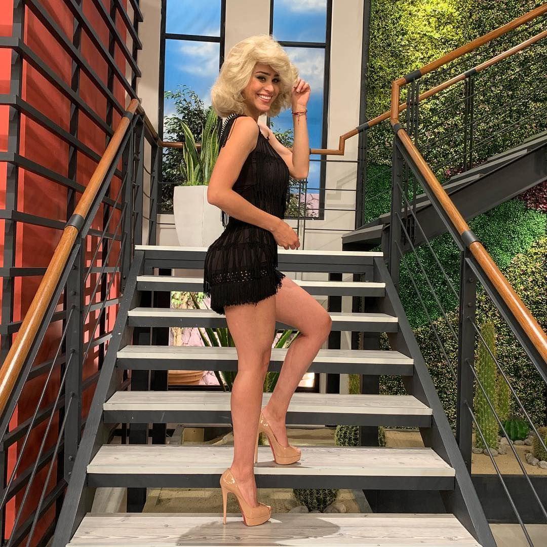 Янет Гарсия фото на ступеньках