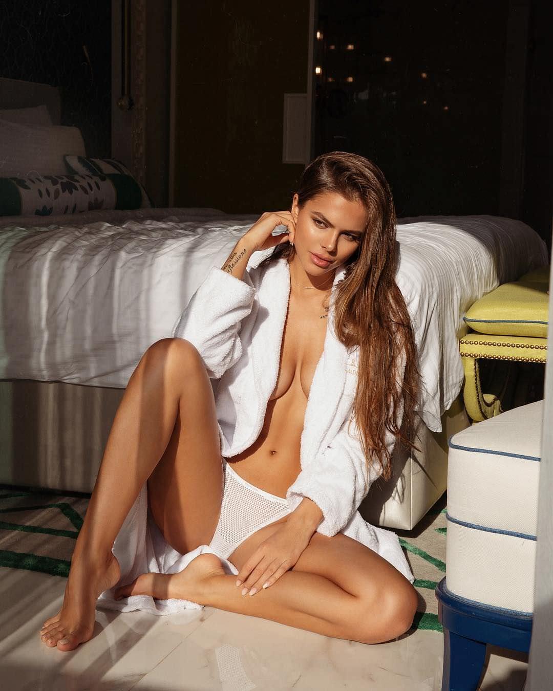 Виктория Одинцова фото в рубашке