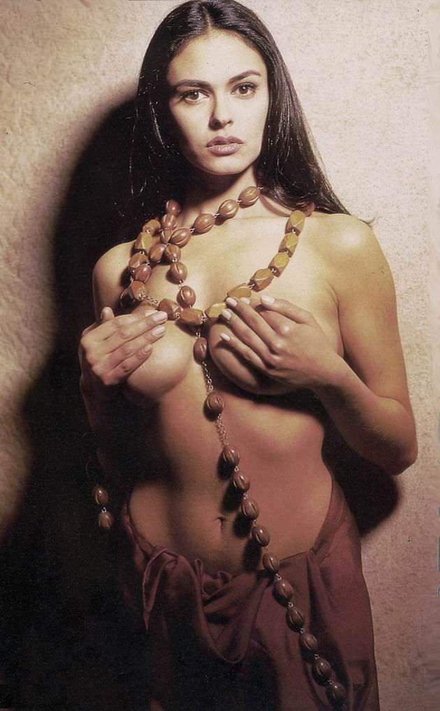 Мария Грация Кучинотта фотография в крупных бусах