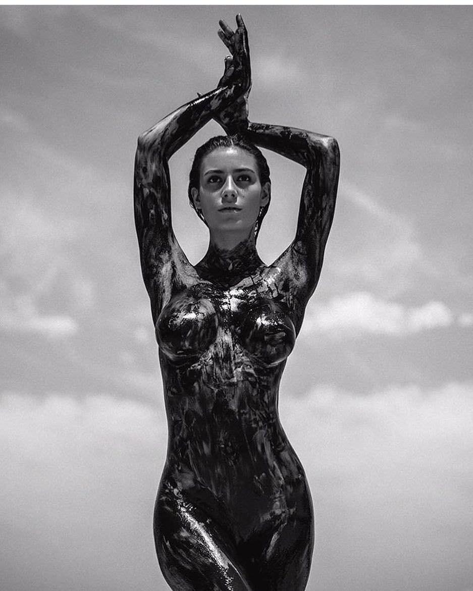 Сара Дюмон фото без одежды