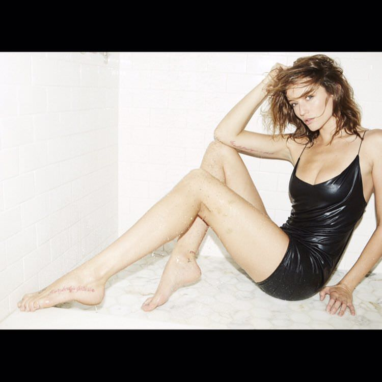 Сара Дюмон фото в коротком платье