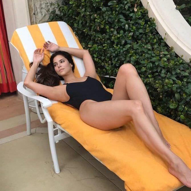 Розалин Санчес фото в чёрном купальнике