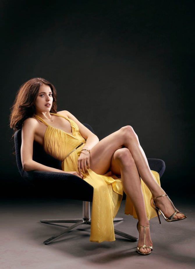 Маргарет Куэлли фотография в жёлтом платье