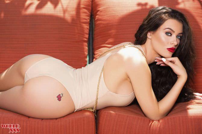 Лана Роудс фотография в нижнем белье на диване