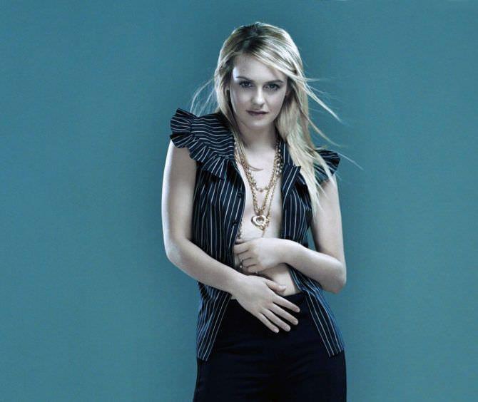 Алисия Сильверстоун фото в расстёгнутой блузке