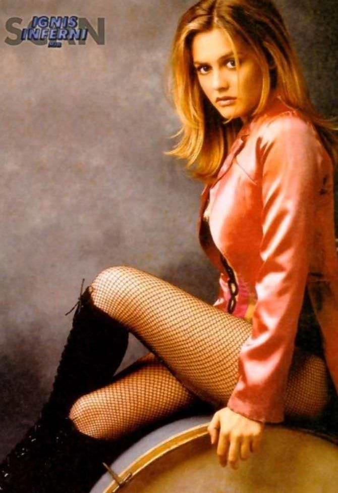 Алисия Сильверстоун фото в розовом пиджаке