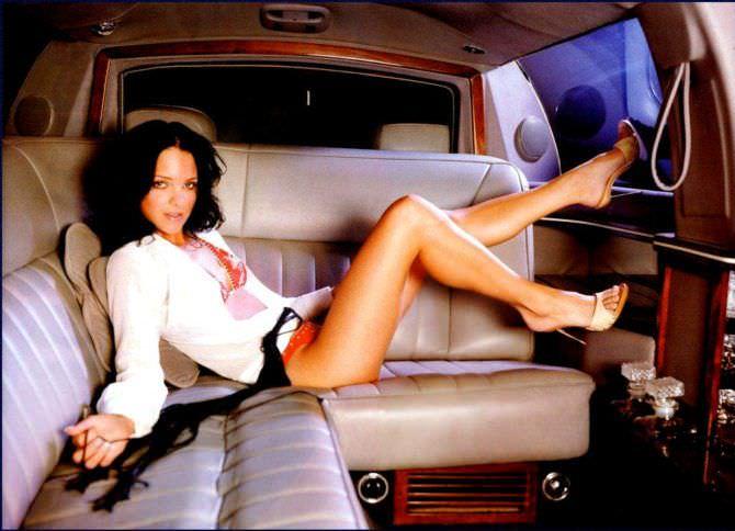 Анна Фэрис фотография в блузке на диване