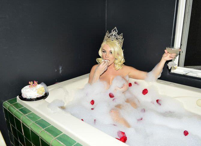 Кортни Стодден фото в ванне с короной