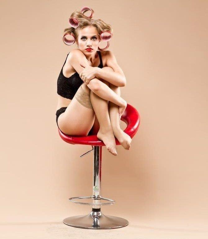 Виктория Клинкова фотография на красном кресле