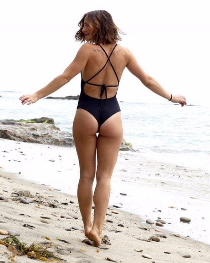 Бриана Эвиган фотов купальнике на пляже