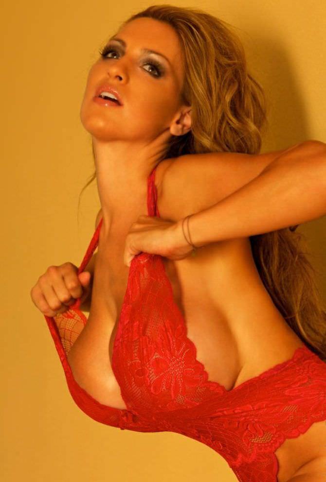 Джордан Карвер фотосессия в красном боди