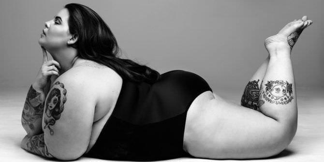 Тесс Холлидей фото в чёрном купальнике