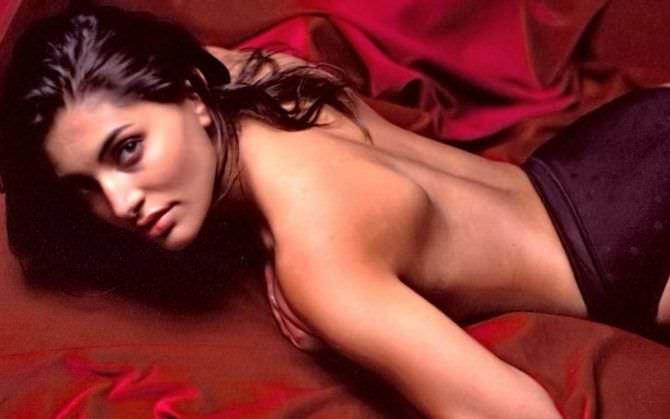 Катерина Мурино фотосессия на красном покрывале