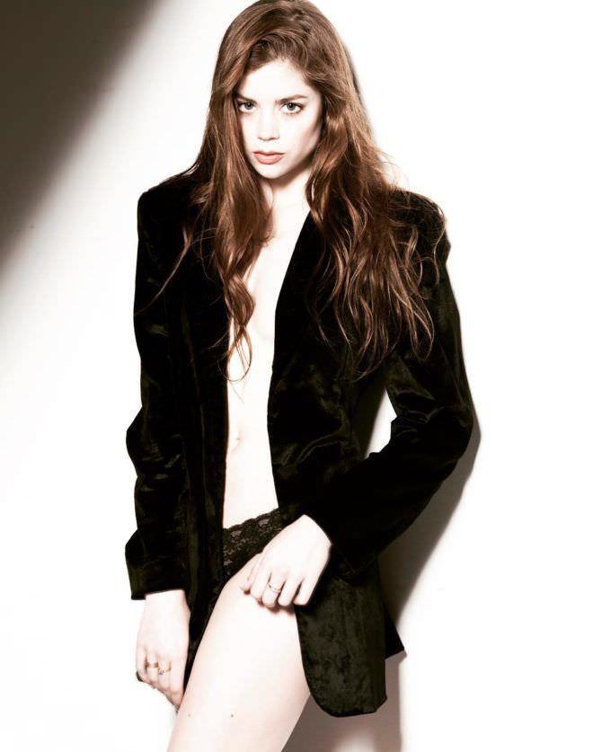 Шарлотта Хоуп фото в длинном чёрном пиджаке