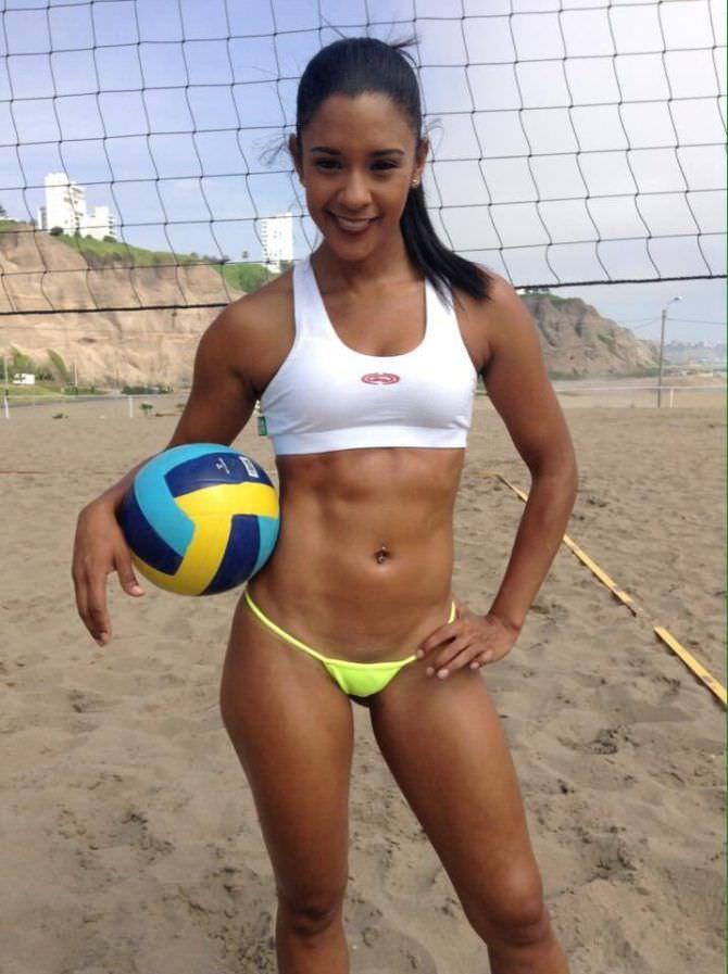 Уинифер Фернандес фото на пляже с мячиком