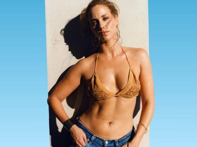 Элизабет Беркли фото в бикини и шортах