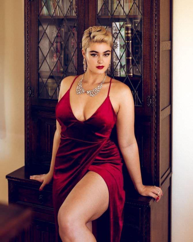 Стефания Феррарио фото в красном вечернем платье