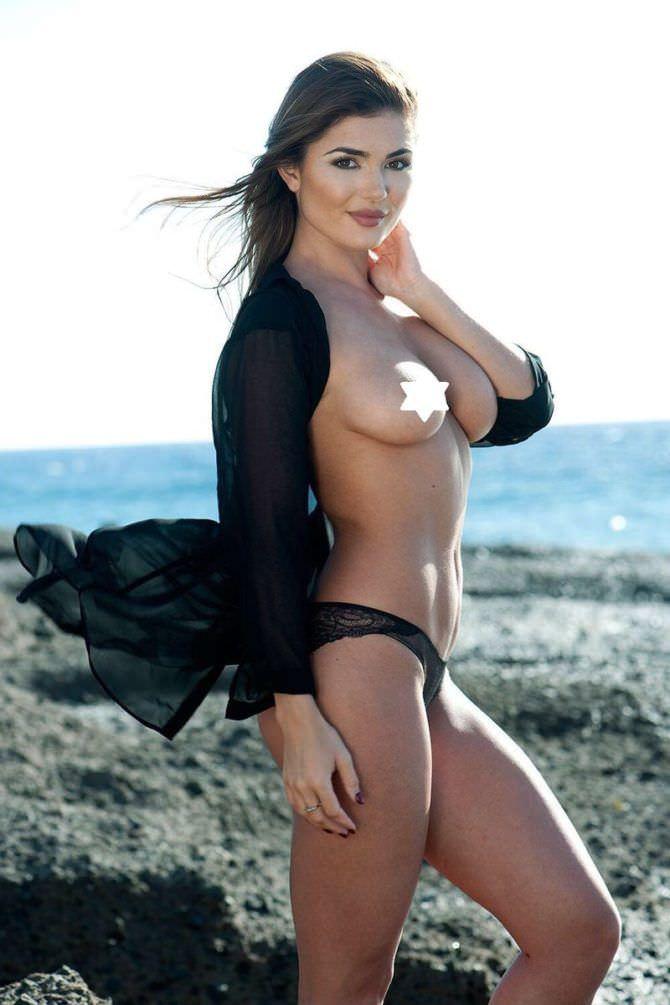 Индия Рейнольдс фото в плавках на пляже