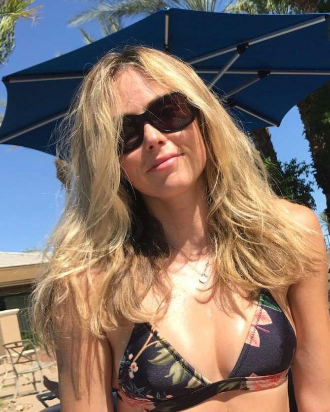 Анна Хатчисон фото в солнечных очках